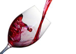 赤ワインをグラスに